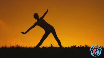 Frau macht Übungen um Gewohnheiten zu ändern und Selbsthilfe auszuüben.