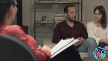 Ein Paar lässt sich in seiner Beziehung von einem Coach beraten.