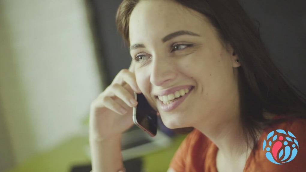 Motivierender Berater telefoniert mit seinem Klienten.