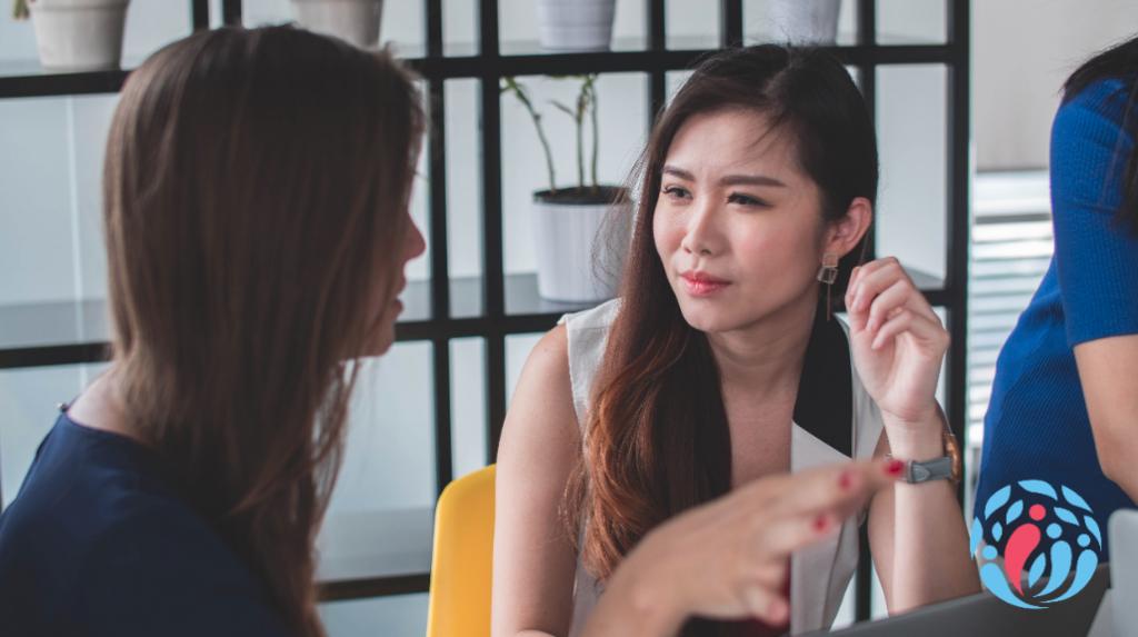 Ehrliches Gespräch zwischen einem Berater und einem Klienten.