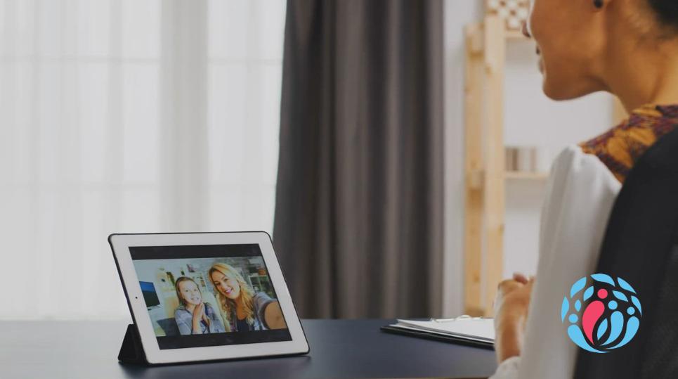 Erfahrungsbericht einer Online-Beraterin auf Reisen. Susanne in Kontakt mit ihrer Familie und Freunden.